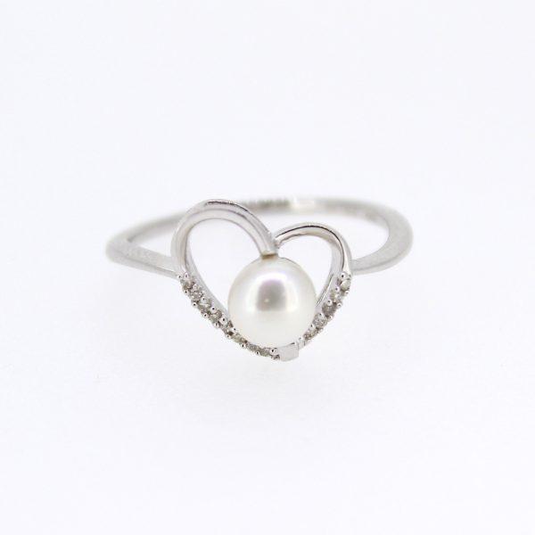 Wit gouden ring gemaakt als hart